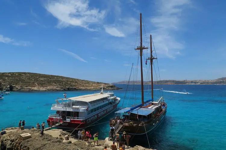 Ein Segelschiff und eine Fähre an der Blauen Launge