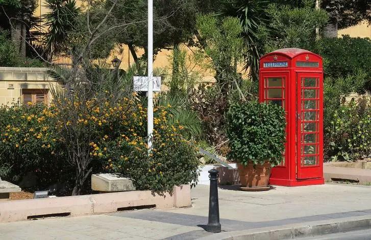 Eine typische rote britische Telefonzelle am Rand der Rutunde von Mosta.