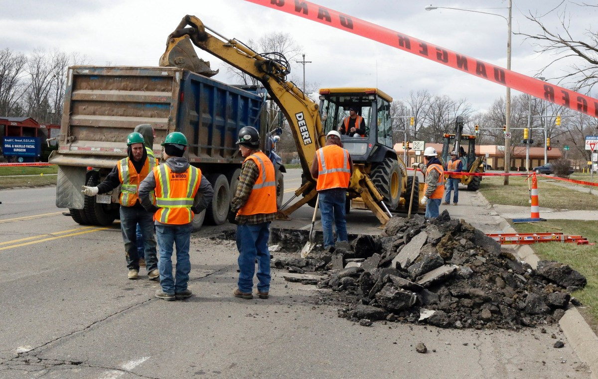 A work crew digs up a street to replace lead service lines, Monday, March 21, 2016, in Flint, Michigan. The goal is to replace thousands of lead-tainted service lines in the city. Photo: Carlos Osorio / AP