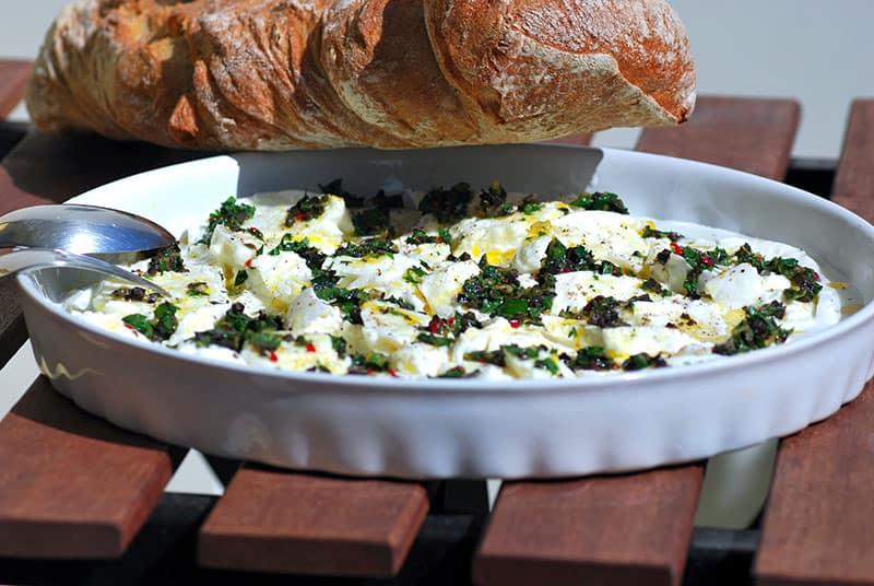 Büffel-Mozzarella mit Petersiliensauce und Würfelbrot