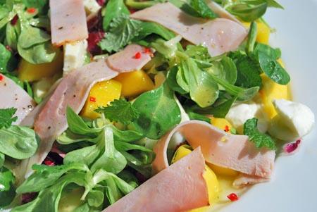 mangosalat mit mozzarella und schinken
