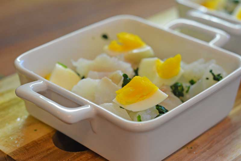 Fisch-Spinat-Auflauf wartet auf die Käsesahne