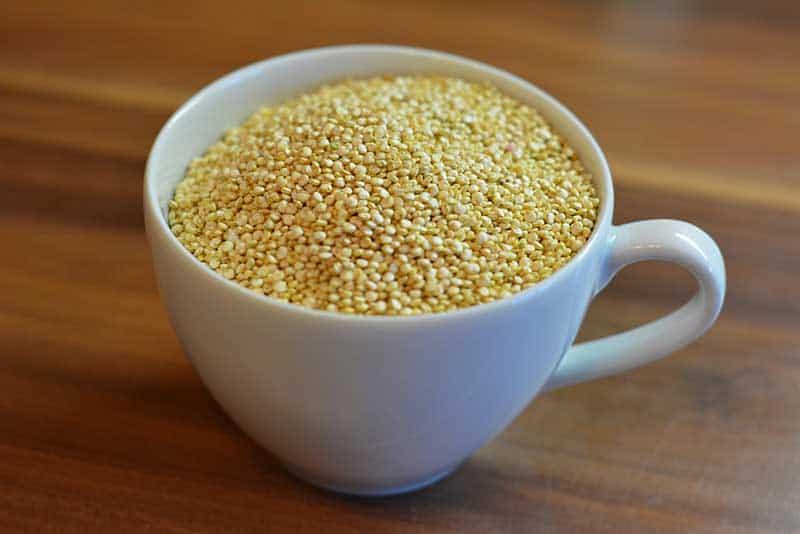 Quinoa für den Quinoa-Salat in der Tasse