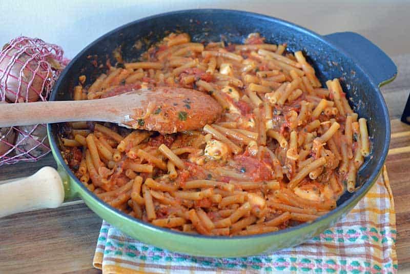 One-Pot-Pasta Vesuviana in der Pfanne