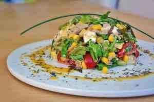 Thunfischsalat mit Avocado und Mais