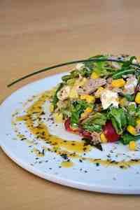 Thunfischsalat auf weissem Teller