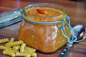 roasted Tomato-Mandel Pesto wird am besten im Glas aufbewahrt