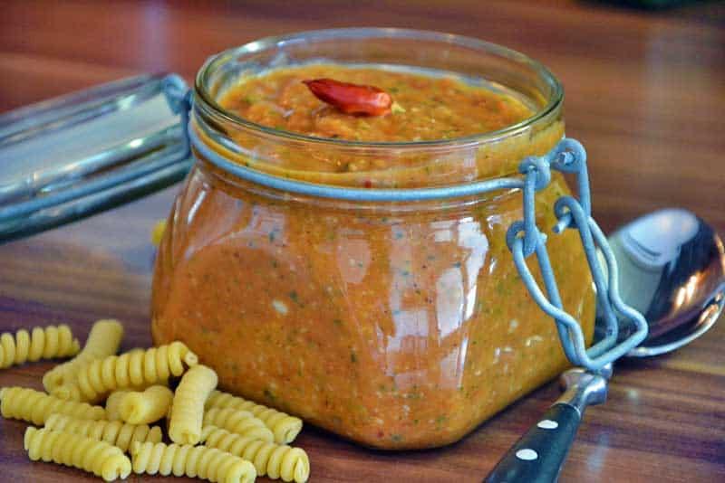 roasted Tomato-Mandel Pesto im Glas zur besseren Aufbewahrung