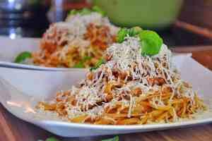 Herrliche Spaghetti Bolognese mit Parmesan