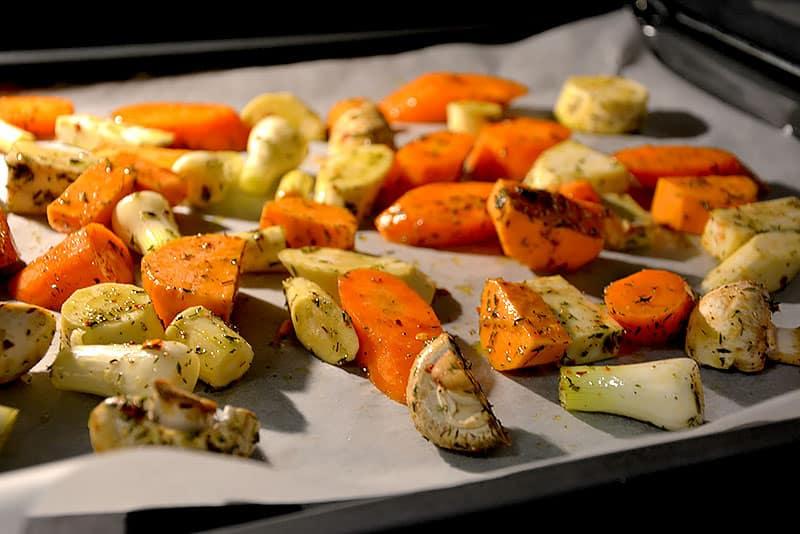 Mozzarella mit Gemüse wartet auf den Ofen
