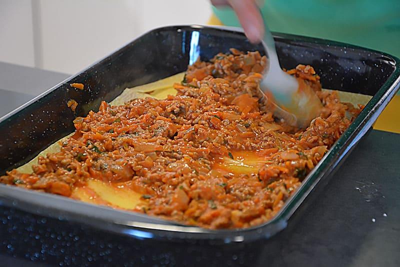 Unterschiedliche Lagen für Lasagne Bolognese