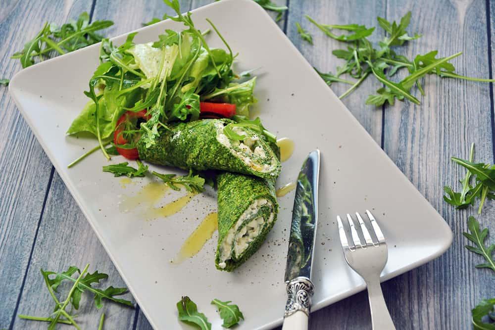 Das Spinat Palatschinken mit Käse sind ein tolles Low Carb Essen. Das Rezept ist sehr einfach und lässt sich auch mit Lachs, Feta oder anderen tollen Zutaten füllen.