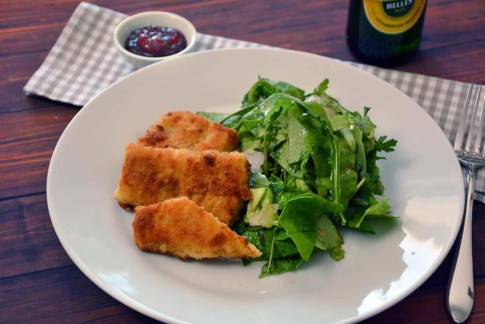 """Wer auf der Suche nach einem einfachen und """"gesunden"""" Mittagessen sollte sich an diesen Fisch in Senfkruste mit grünem Salat machen."""