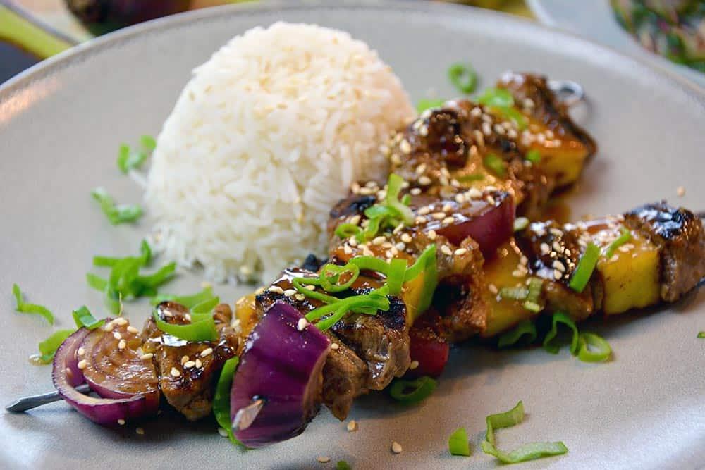 Schon mal Teriyaki Rindfleisch Spieße mit Reis selbst gekocht? Geht sehr einfach und schnell und schmeckt der ganzen Familie.
