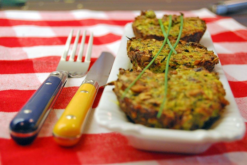 Zucchini sind sehr vielfältig. Ein Rezept für schnelle Zucchini Muffins backen. Gelingt jedem und ist einfach zu backen. Das perfekte Abendessen mit einem frischen Joghurt-Kräuter-Dip.