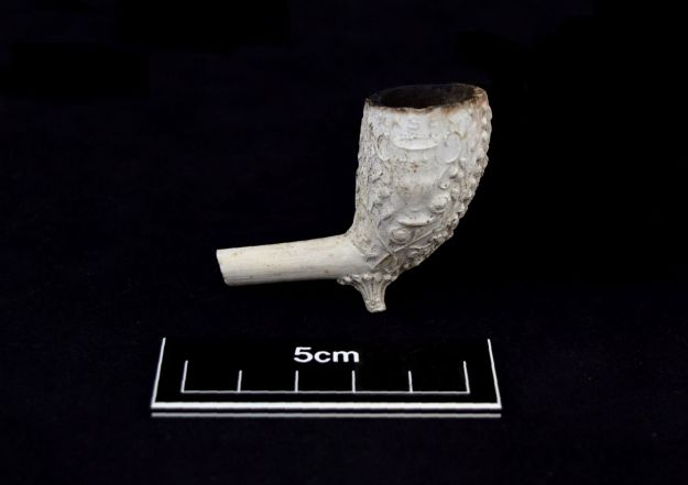 Decorated clay pipe bowl
