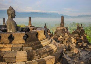 Buddha sonnt sich am Borobudur