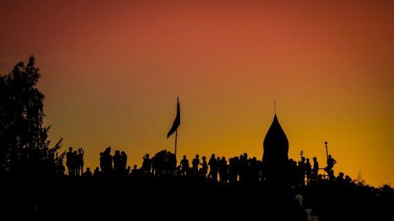 Silhouette und Rakete im Sonnenuntergang auf dem Fusion Festival 2012