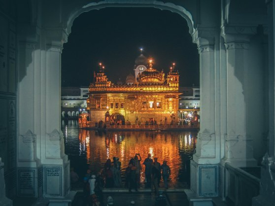 Harmandir Sahib in Amritsar in der Nacht