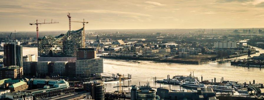 Blick auf die Elbphilharmonie und Wilhelmsburg