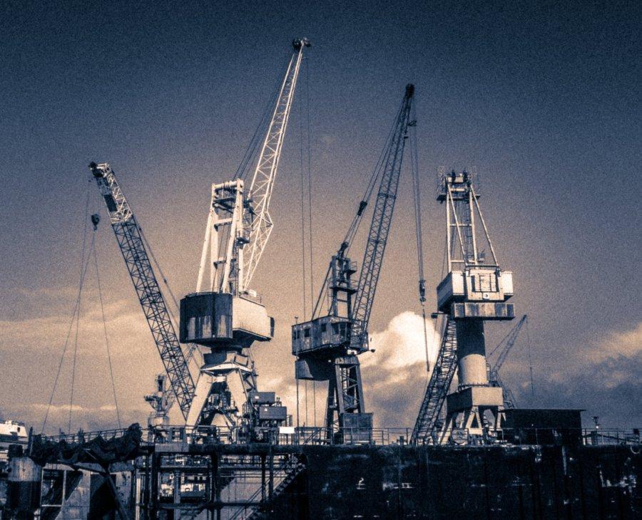 Kräne am Hafen