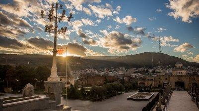 Auf dem Vorplatz der Sameba-Kathedrale in Tbilisi