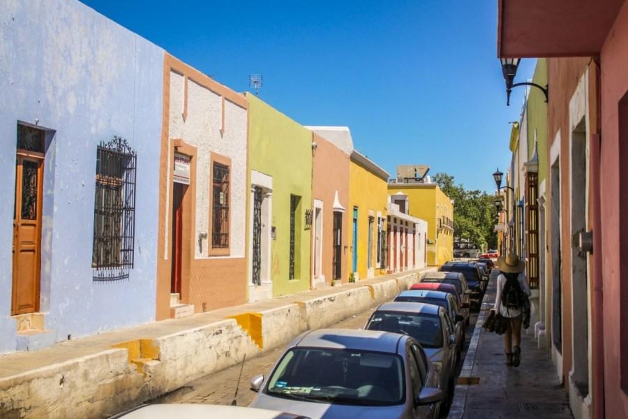 Straßenzug mit bunten Häusern in Campeche