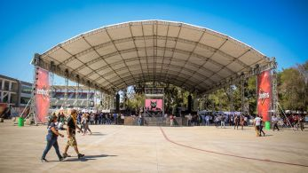Zeltbühne auf dem Festivalgelände vom Vive Latino Festival