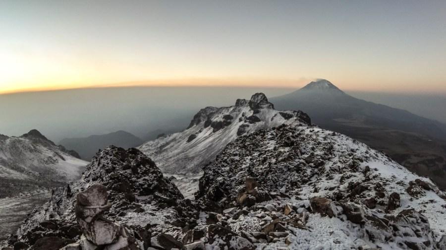 Sonnenaufgang auf dem Iztaccíhuatl mit Blick zum Popocatépetl