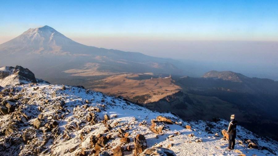 Blick vom Iztaccíhuatl auf den Popocatépetl