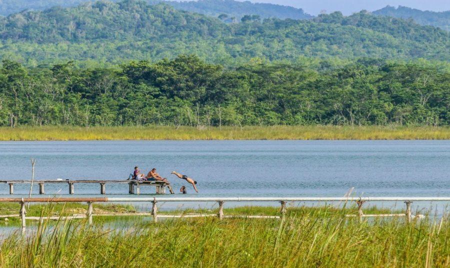 Dorfbewohner schwimmen im Lago Petén Itza