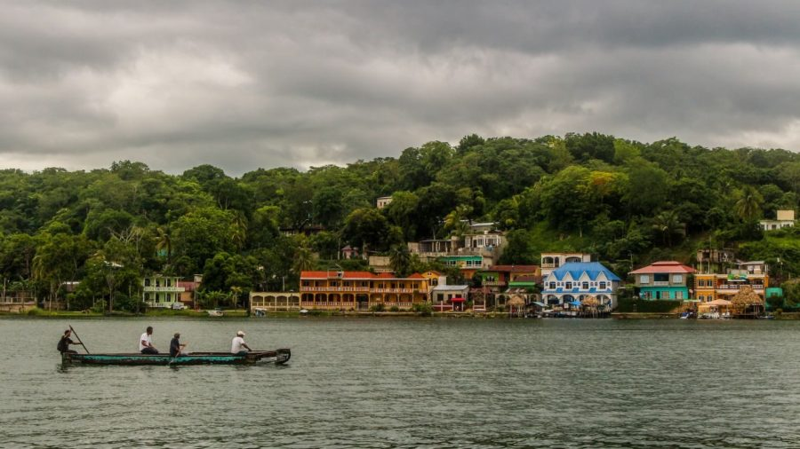 Bootsfahrer bei Flores