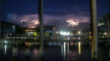 Blitze am Steg von Utila
