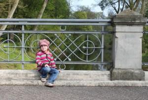 Karolina auf der Brücke