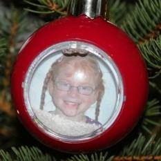 Karolina in der Weihnachtskugel