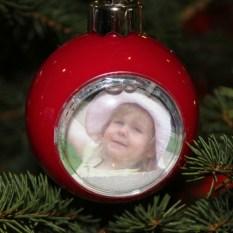 Kira in der Weihnachtskugel