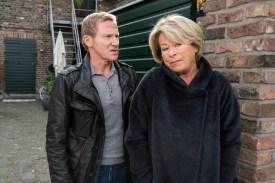 Anna (Rita Russek) ordnet an, dass Overbeck (Roland Jankowsky) das Haus der Ärztin observieren soll – notfalls auch die ganze Nacht. (Foto: ZDF/ Thomas Kost)