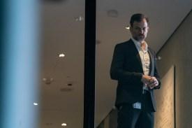 Der Sicherheitschef Adam Schenk (Torben Liebrecht) hat ein Auge auf alle Aktivisten, die der Firma schaden könnten.(Foto: ZDF/Thomas Kost)