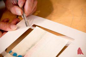 Das Arbeiten mit dem eingekleisterten Japanpapier ist Filigranarbeit. (Foto: Michael Bührke)