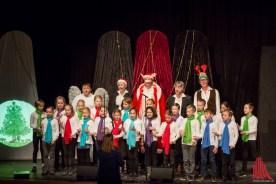Die 6-Zylinder singen mit den Kindern der Thomas Morus Schule. (Foto: cf)