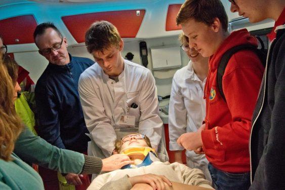 Der Arbeiter-Samariter-Bund (ASB) und Mitarbeiter des Clemenshospitals ermöglichten es den Schülern, einen Rettungswagen von innen zu entdecken. (Foto: Clemenshospital)