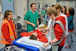 Jethro Rotter, stellvertretende Leitung Anästhesie-Pflege im Clemenshospital erklärte den Jugendlichen im Schockraum, was in den ersten 10 Minuten nach einem Unfall wichtig ist. (Foto: Clemenshospital)