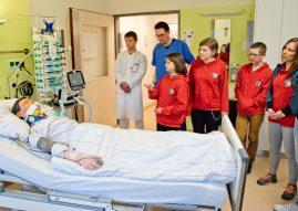 Christian Wessels, pflegerische Leitung der Intensivstation im Clemenshospital, zeigte den Schulsanitätern aus Versmold ein Patientenzimmer. (Foto: Clemenshospital)