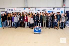 Gruppenbild mit Satelliten: Die Schülerinnen und Schüler, die am diesjährigen CanSat-Wettbewerb teilgenommen haben (Foto: Bührke)