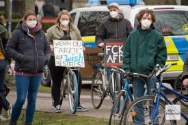 Den rund 50 Teilnehmern des Autokorsos standen mehrere Hundert Gegendemonstranten entgegen (Foto: Bührke)