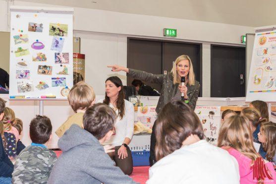 Moderatorin Nina Ruge gibt den Kindern der 2. Grundschulklasse der Aegidii-Ludgeri-Schule Münster Tierschutzunterricht. (Foto: Carsten Pöhler)