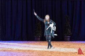 Jessica Bergmann zaubert mit ihrem Hund Recall einen Hauch von Harry Potter in den Saal und gewinnt damit das Multitalent 2019. (Foto: Carsten Pöhler