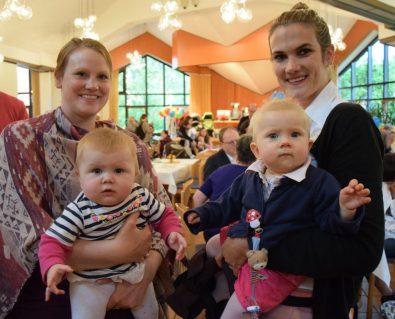 Elin und Leni (v.l.) genießen mit ihren Müttern das Treffen beim Geburtsfest. (Foto: SFH)