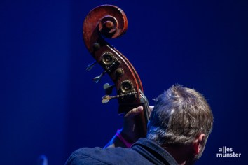 Frans Petter Eldh trieb seine Band Koma Saxo mit dem Bass voran. (Foto: Stephan Günther)