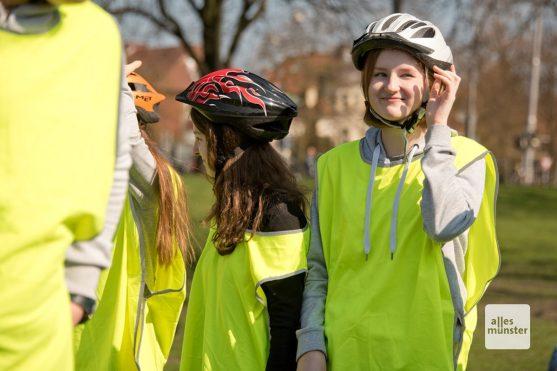Sicherheitsweste und Helm gehören zum unverzichtbaren Accessoire beim Nordic Cycling. (Foto: Michael Bührke)